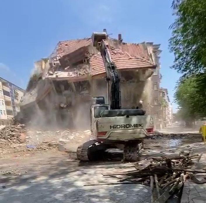 Elazığ´da `korna´ sesi ile 4 katlı bina yıkıldı