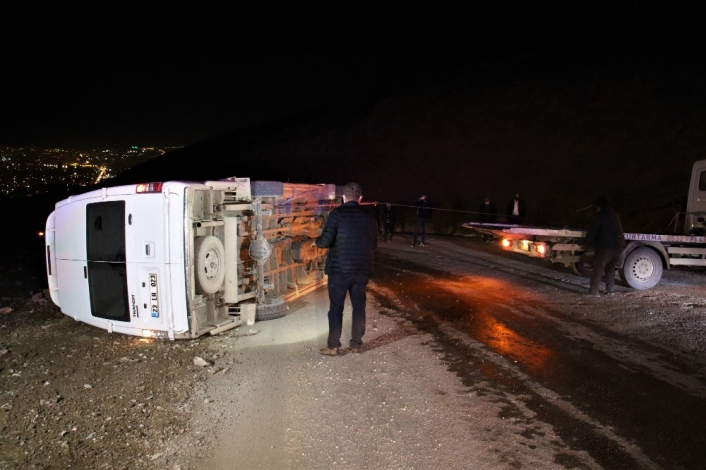 Elazığ´da minibüs devrildi: 3 yaralı