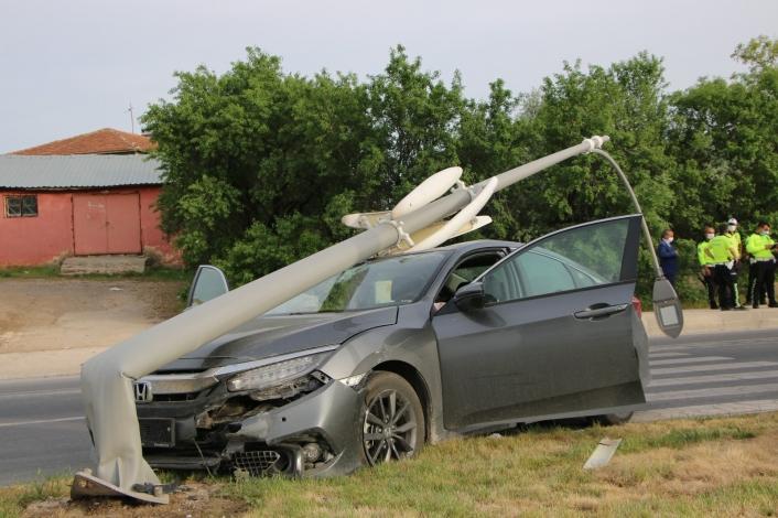 Elazığ´da otomobilin, çarptığı direk devrildi:1 yaralı