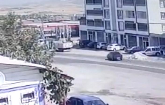 Elazığ´da otomobilin hurdaya döndüğü kaza, kameralara yansıdı