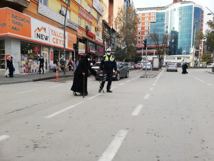 Elazığ´da polisten kalpleri ısıtan hareket: Trafiği durdurup yaşlı kadını karşıya geçirdi