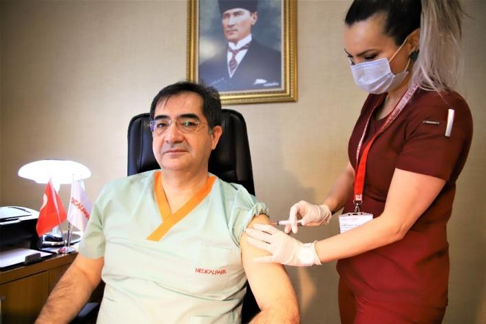 Elazığ´da sağlık çalışanları aşı olmaya devam ediyor