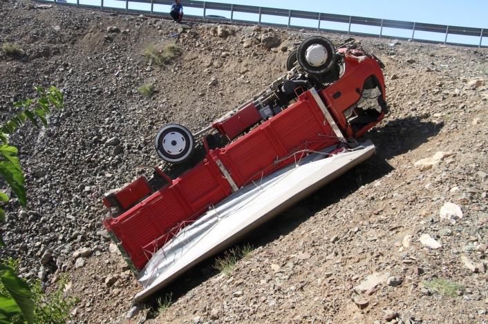 Elazığ´da şarampole uçan kamyonet ters döndü: 1 yaralı