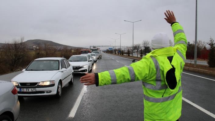 Elazığ´da şehirler arası yollarda kış lastiği denetimi, kar lastiği olmayana izin verilmiyor