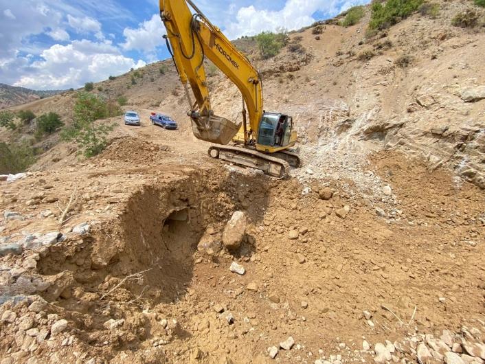 Elazığ´da sel ve heyelan nedeniyle bozulan köy yollarında onarım çalışmaları sürüyor