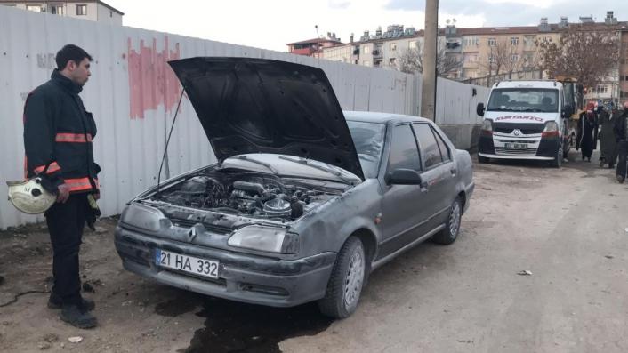 Elazığ´da seyir halindeki araç alev aldı, diğer sürücüler müdahale etti