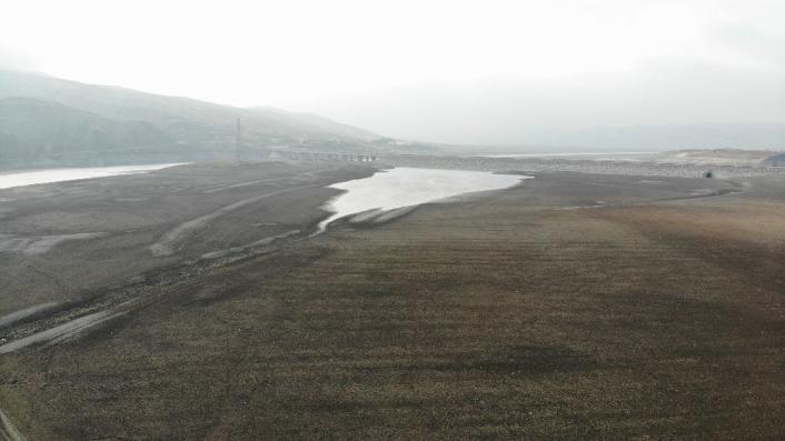 Elazığ´da sular çekildi, barajı besleyen koca nehir dereye döndü