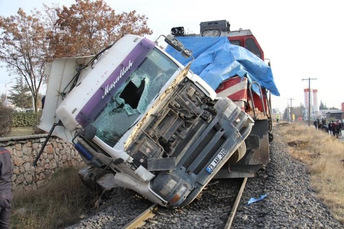 Elazığ´da tren, çarptığı tırı 100 metre sürükledi: 5  yaralı