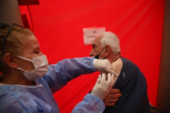 Elazığ´da vatandaşa aşı kolaylığı, meydana çadır kuruldu