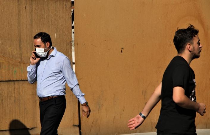 Elazığ´da vatandaşlar korona virüs tedbirlerini unuttu, maskeler çene altına indi