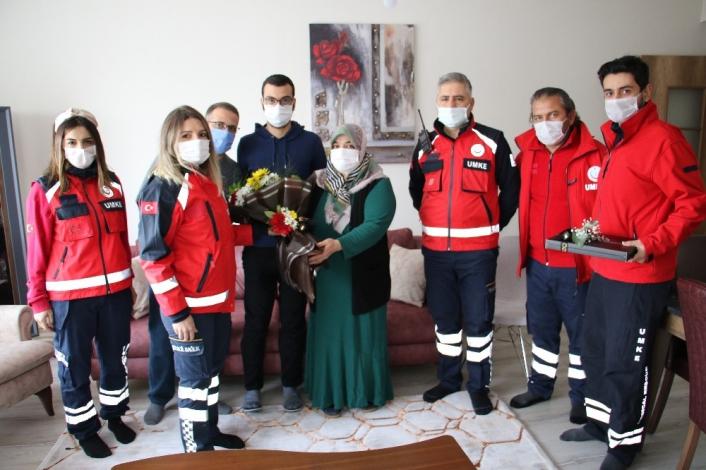 Elazığ depreminin simge isimlerinden Azize Çelik´i, ilk müdahaleyi yapan ekip ziyaret etti