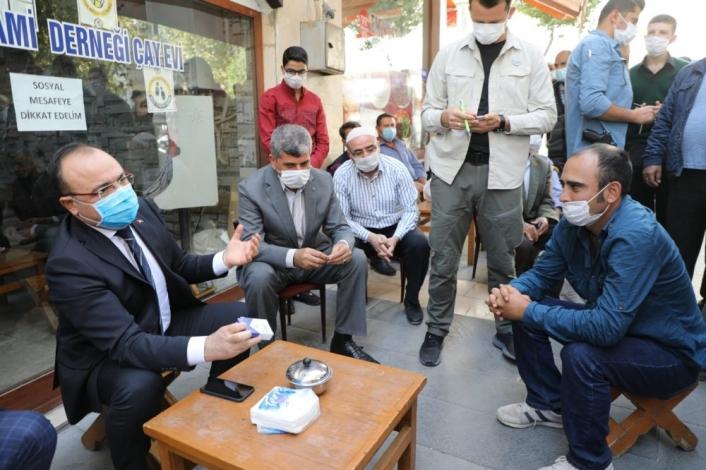 Elazığ Valisi, iş talebinde bulunan genç adama sigarayı bıraktırdı