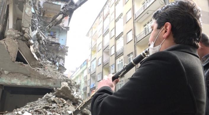 Elazığlı esnaf, yıkıma klarnetle eşlik etti