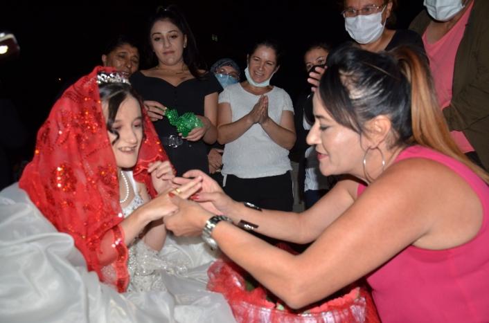 Fedakar anne, engelli kızının düğün hayalini gerçeğe dönüştürdü