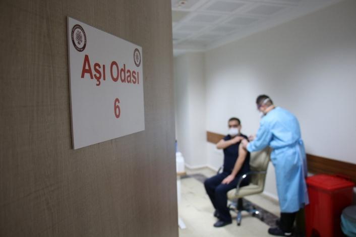 FÜ Tıp Fakültesi Hastanesi´nde 2 günde bin 492 sağlık çalışanı aşılandı