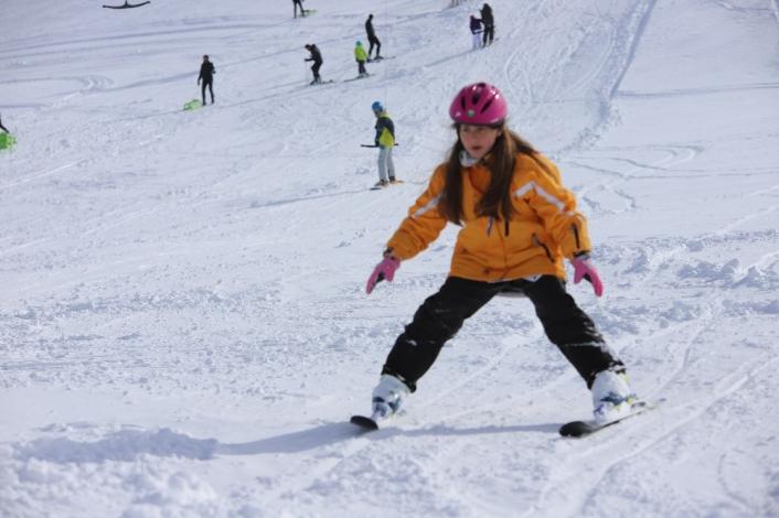 Göl manzaralı Hazar Baba Dağı´nda kayak keyfi başladı