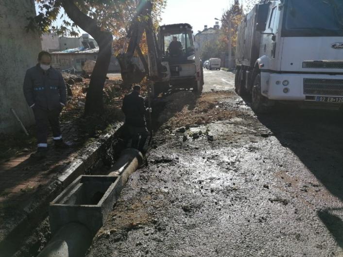 Gölbaşı Belediyesi İnönü Caddesine yağmur suyu borusu döşedi