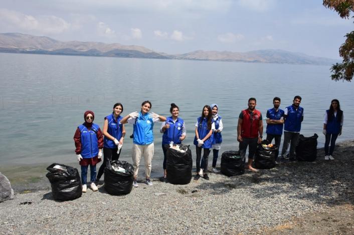 Gönüllü gençler, Hazar Gölü çevresini temizledi