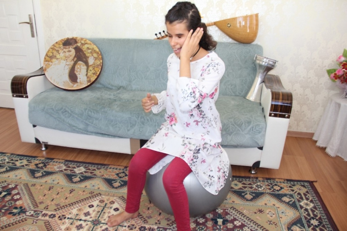 Görme engelli kızı hayata müzik ve pilates topu bağladı