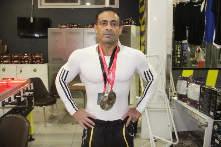 Gündüz boya badana, gece spor yaparak vücut geliştirme şampiyonu oldu