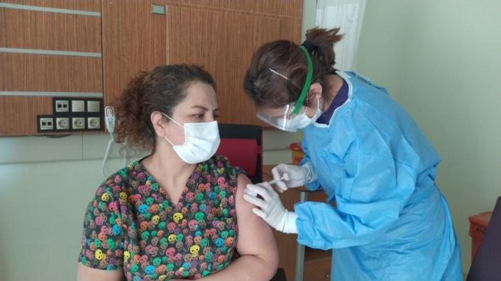 Gürün´de ilk aşı başhekime uygulandı