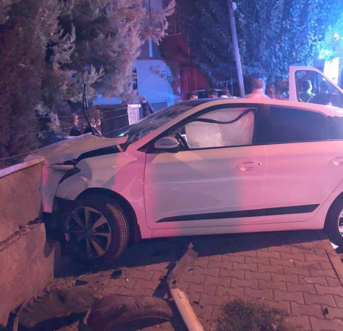 Hafif ticari araç ile çarpışan otomobil bahçeye duvarına çarparak durabildi