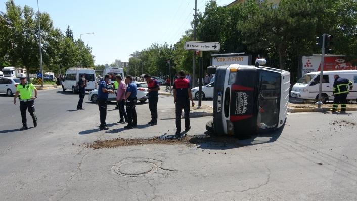 Hasta taşıyan ambulans ile minibüs çarpıştı