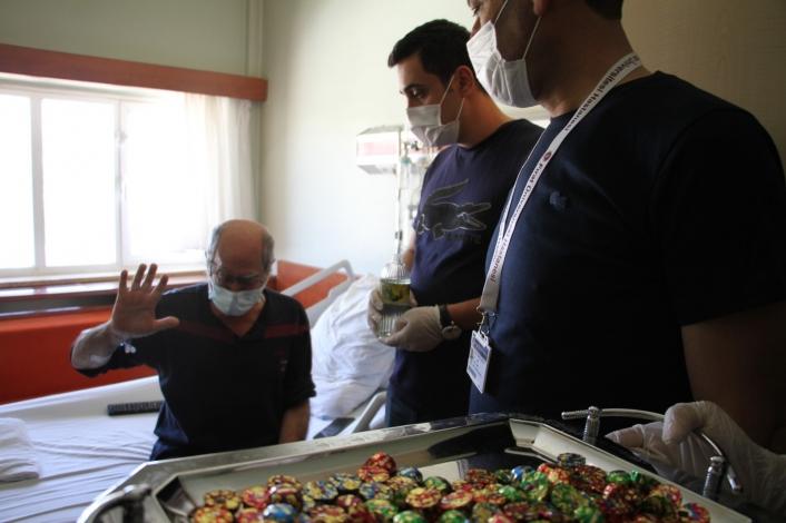 Hıdır Amca, hastanede bayramını kutlamaya gelen sağlıkçıları görünce gözyaşlarına hakim olamadı
