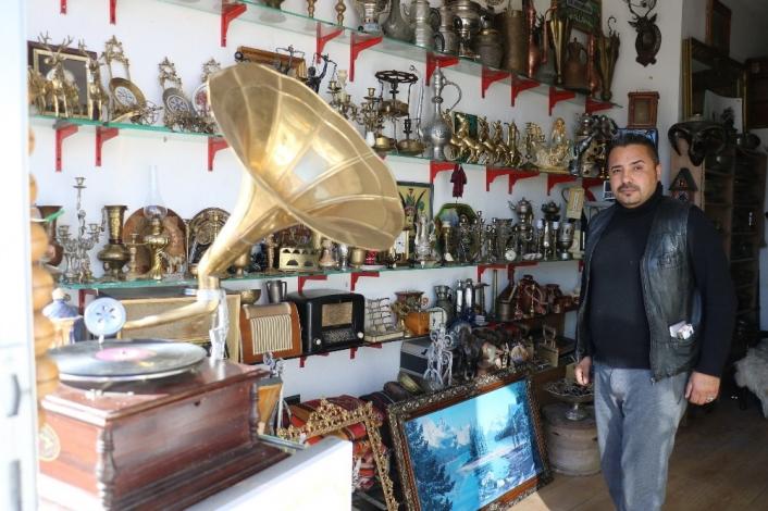 Hurdalıklardan topladıkları ile antika dükkanı kurdu