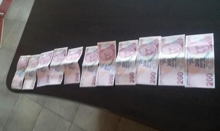 İçerisinde para olan cüzdanı sahibine teslim etti