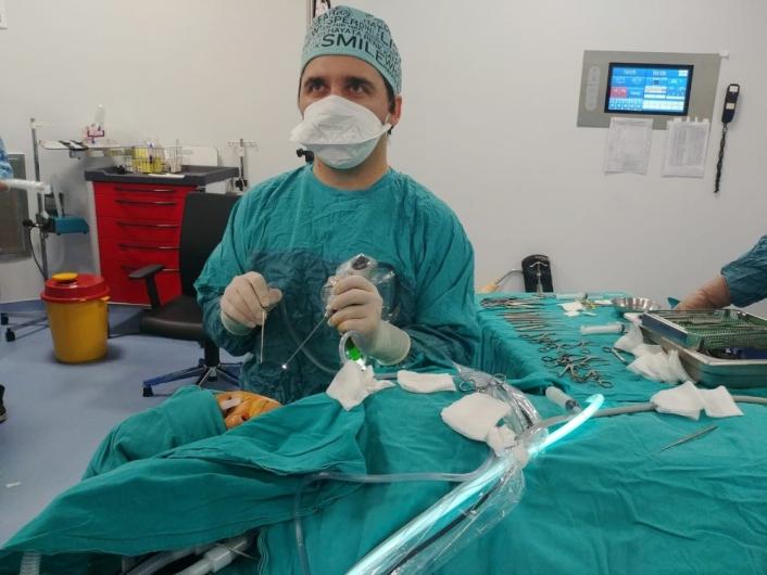 İşitme kaybı olan çocuğa kapalı kulak zarı ameliyatı