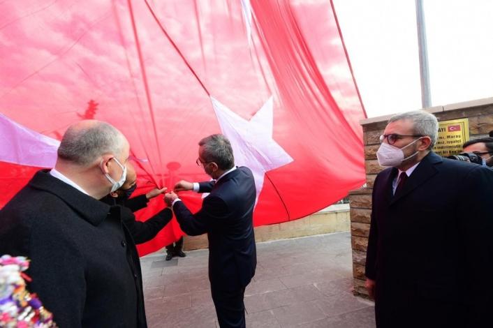 İstiklal Madalyası Türk bayrağına takıldı