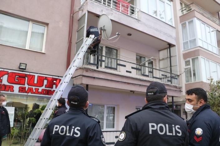 İtfaiye ekipleri, balkondan girdikleri evde yaşlı adamı bitkin halde buldu