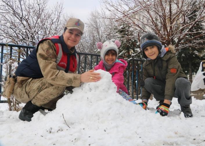 Jandarma ile çocukların kar keyfi