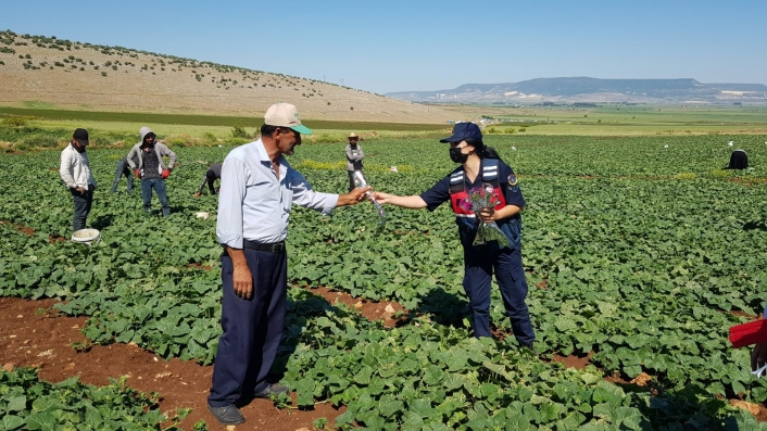 Jandarma tarladaki çiftçilerin gününü kutladı