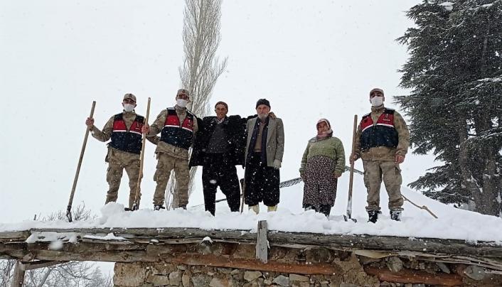 Jandarmadan yaşlı adama kar temizliği yardımı