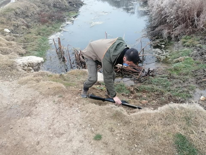 Kaçak avcı ekipleri görünce tüfeğini atıp kaçtı