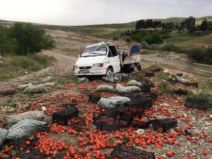 Kahta´da sebze yüklü kamyonet takla attı: 2 yaralı
