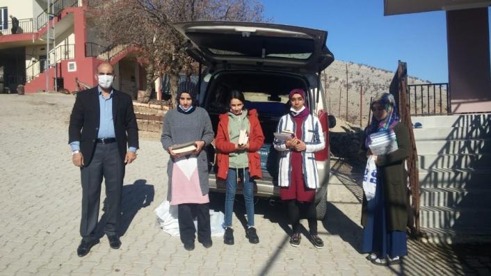 Kahtalı öğretmenler köydeki kız öğrencilerine kitap dağıttı