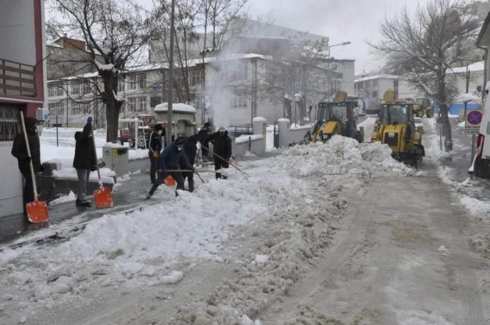 Kar kalınlığı 30 santimetreyi buldu, temizleme çalışmaları başladı