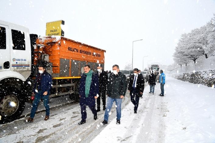 Kar küreme çalışmalarını çalışmalarını yerinde inceledi