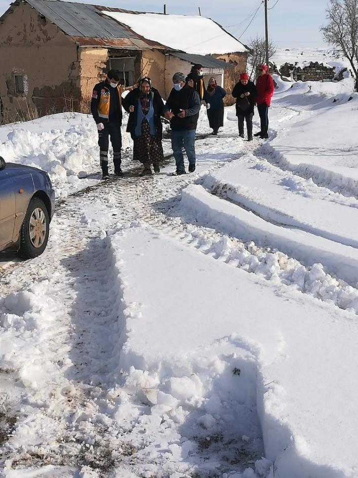 Kar nedeniyle ambulans yolda kaldı, hastaya 2 saat sonra ulaşıldı