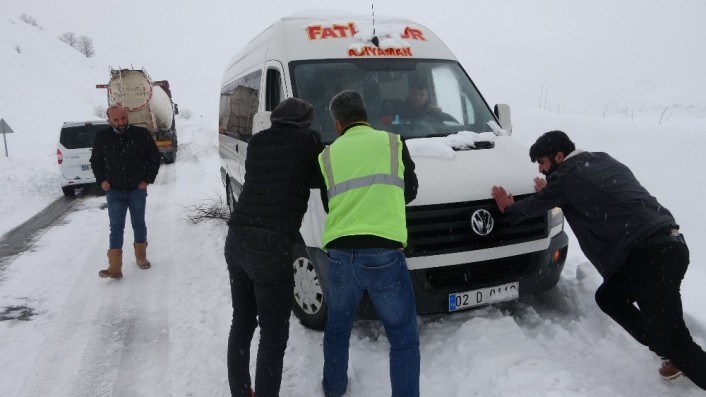 Kar nedeniyle kapananan karayolunda araçlar mahsur kaldı