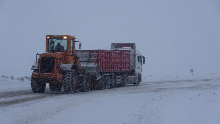 Kar yağışı sürücülere zor anlar yaşattı, yolda kalan tırın yardımına dozer yetişti