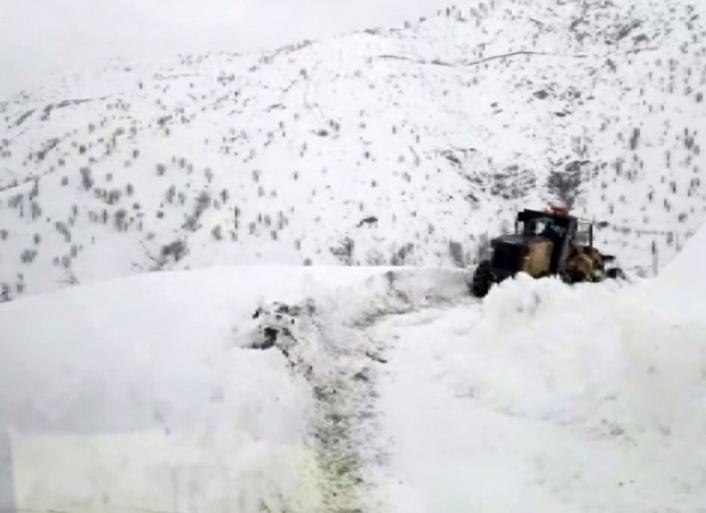 Kardan yolu kapanan mezradaki hasta paletli ambulansla hastaneye yetiştirildi