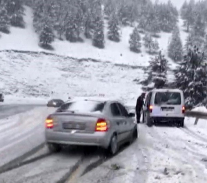 Karlı yolda kaza kamerada: 1 yaralı
