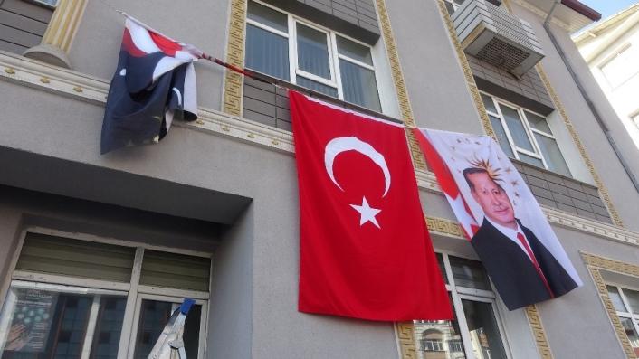 Katlanan Atatürk posteri için seferber oldular