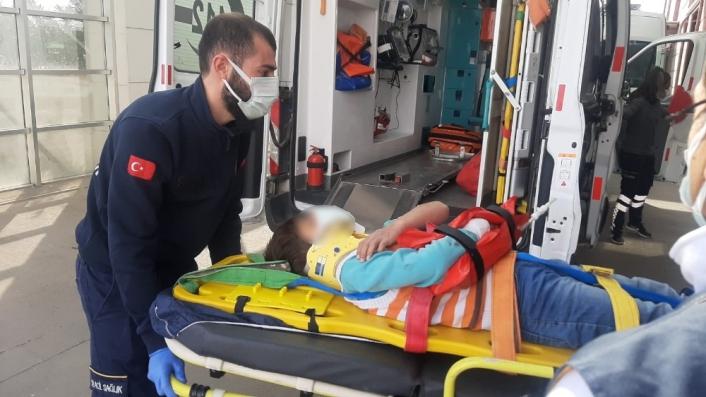 Kayalıklardan yuvarlanan çocuk yaralandı