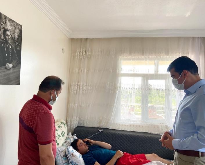 Kaymakam Köksal, yaralı askeri evinde ziyaret etti