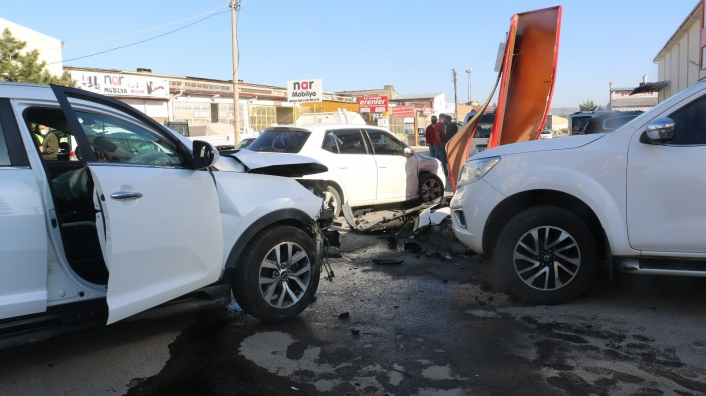 Kaza yapan araçlar park halindeki araçlara vurdu,2 yaralı
